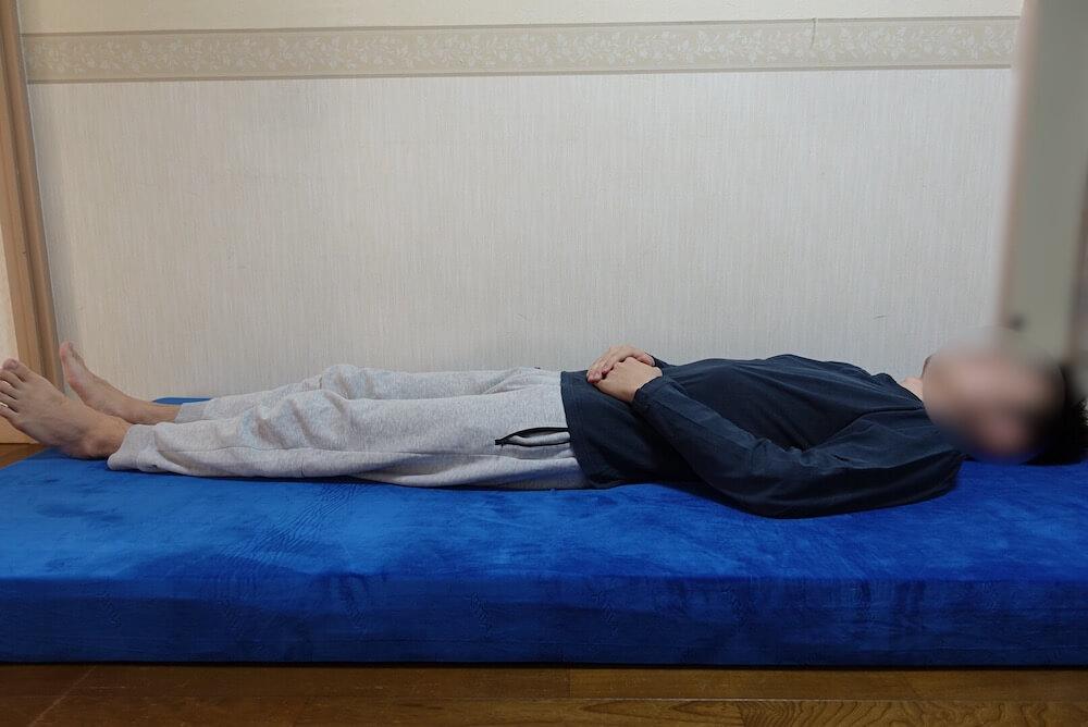 エムリリー優反発に仰向けで寝てみた様子
