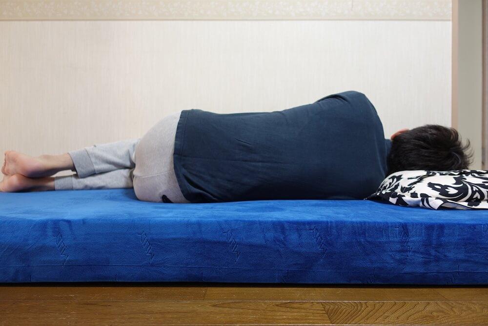 エムリリー優反発マットレスに横向きで寝た様子
