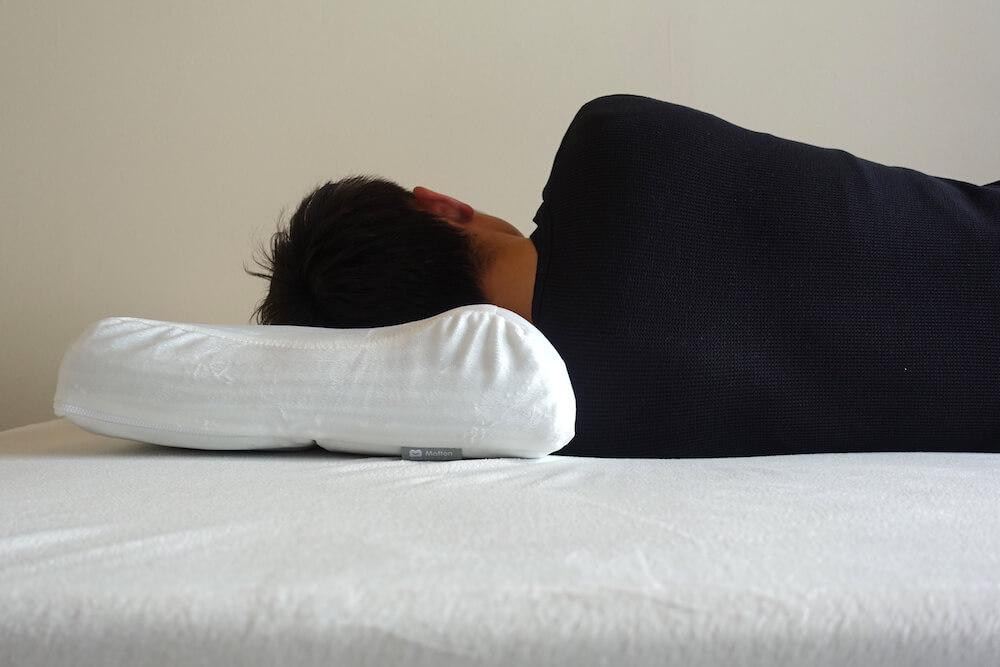 モットンの枕で横向き寝した様子