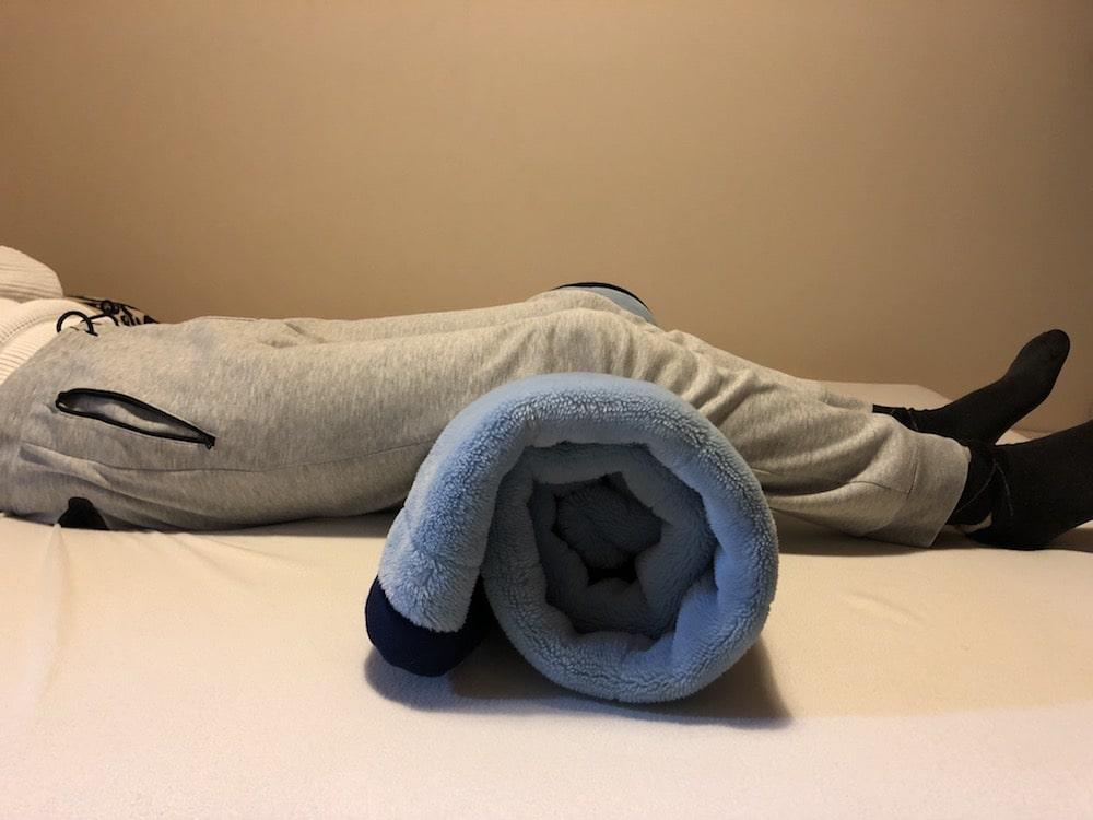丸めた毛布を活用して腰痛を予防する寝方