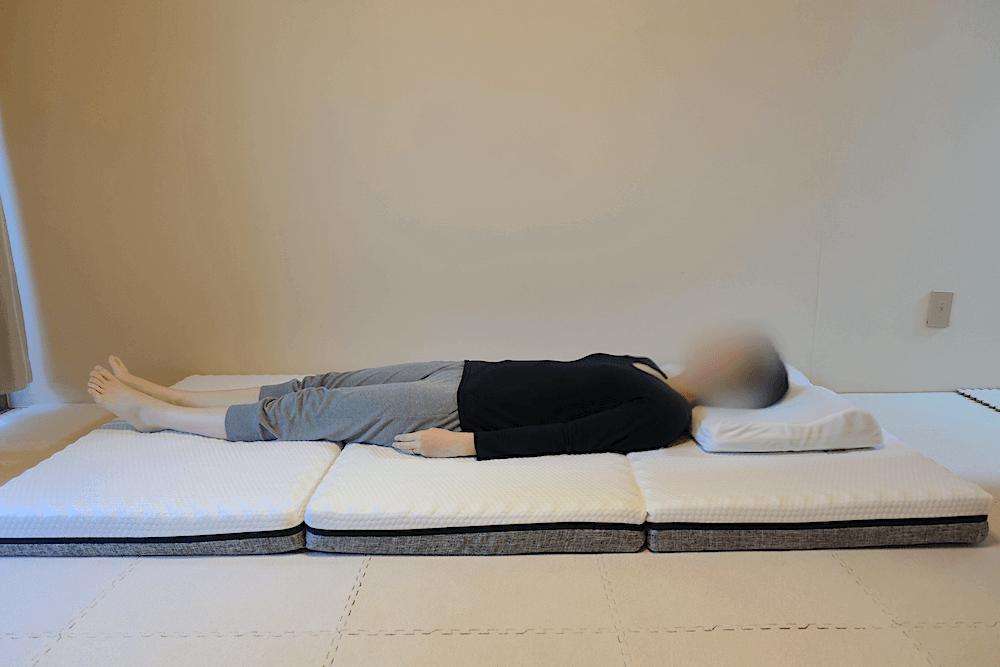エコラテエリートに女性が仰向けに寝た様子