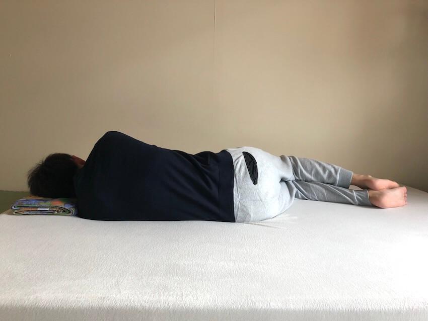 モットンで横向きで寝たときの背骨の様子