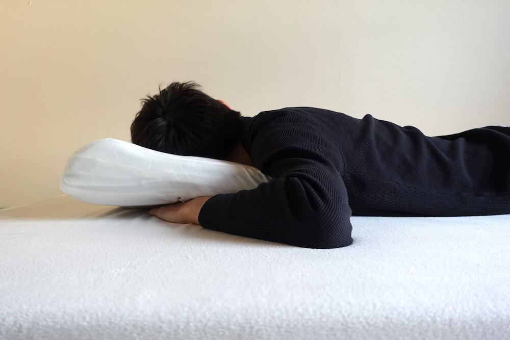 モットン枕にうつ伏せで寝て見た様子