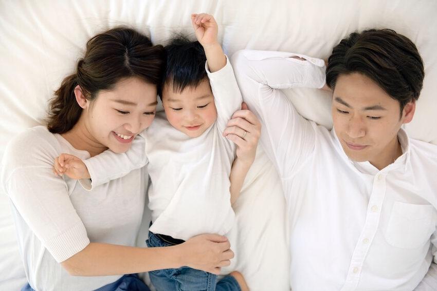 ローベッドで親子が添い寝している様子